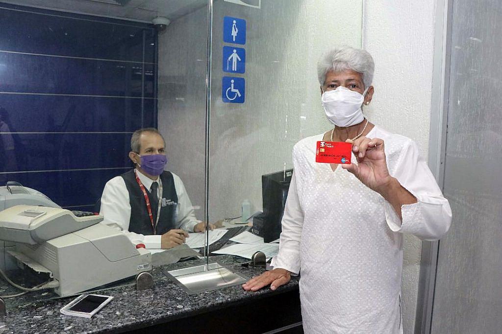 Banco del Tesoro realiza operativo especial para entregar tarjetas de débito a pensionados